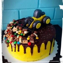 Торт с трактором и сладостями_1