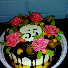 Торт с фруктами и розами_1