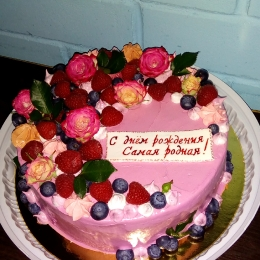 Торт со свежими фруктами и живыми цветами_1