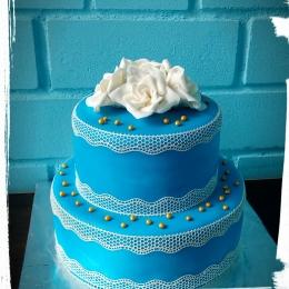 Торт бело-синий с розами_1