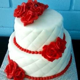 Торт свадебный с розами красно -белый_1