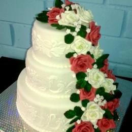 Свадебный торт с каскадом роз_1