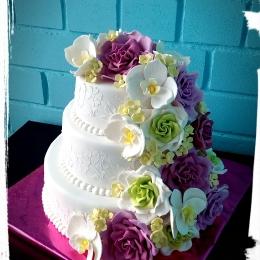 Свадебный торт с розами и орхидеями_2