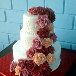 Свадебный торт с каскадом роз без листвы_1