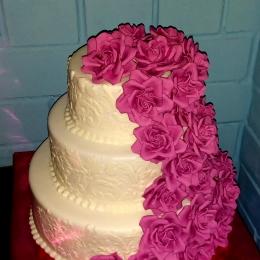 Свадебный торт с каскадом роз цвета фуксия_1